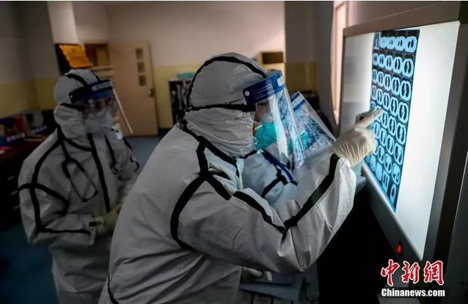 资料图:2月3日,武警湖北省总队医院医务人员查看患者肺部CT片。<a target='_blank' href='http://www.tminni.com/'>中新社</a>记者 张畅 摄