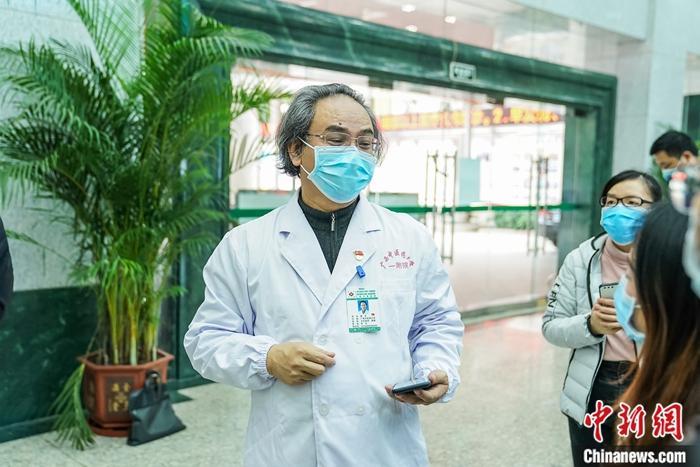 2月15日,广西中医药大学校长唐农接受媒体统一采访。中新社记者 陈冠言 摄