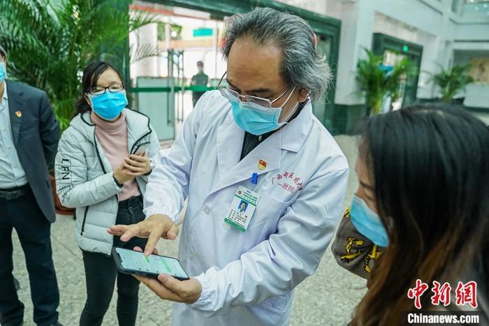 2月15日,广西中医药大学校长唐农向记者展示与广西贵港市一名新冠肺炎患者的微信问诊记录。中新社记者 陈冠言 摄