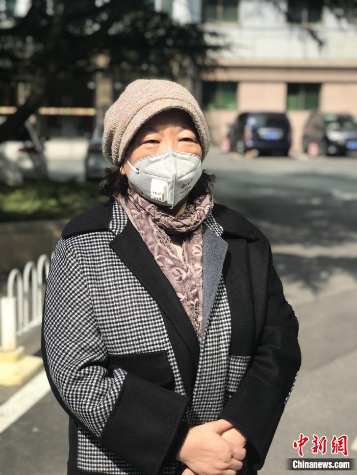 """2月22日,""""武汉日记""""的作者、著名作家方方在武汉接受中新社记者独家采访。中新社记者 全安华 摄"""