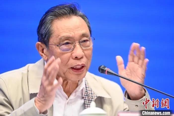 资料图:钟南山谈新冠肺炎治疗热点问题 陈骥�F 摄