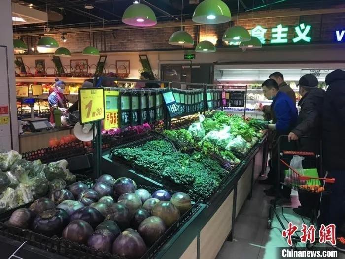 在超市内的蔬菜区,聚集着较多市民。 杜燕 摄