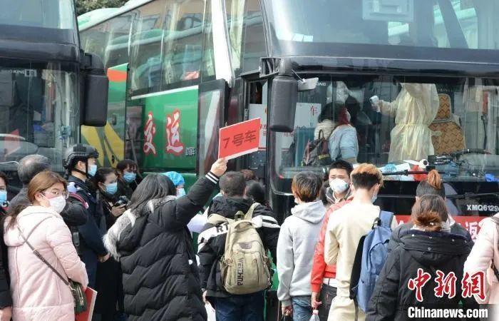 图为在贵州省黔西南布依族苗族自治州贞丰县,返岗农民工排队上车。 肖雄 摄