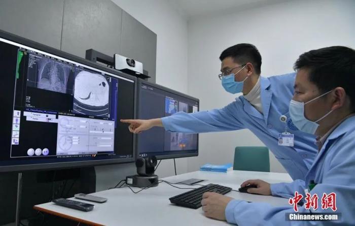 2月27日,四川成都,医生读取甘孜州新冠肺炎患者肺部CT影像。中新社记者 刘忠俊 摄