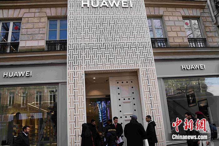 當地時間3月5日,中國華為公司在法國第一家旗艦店在巴黎揭幕。這家華為旗艦店主要分為兩層,其大部分空間都用來展示各類華為產品。旗艦店的整個門頭有兩層樓高,兩旁的落地櫥窗借鑒了法國的高端品牌陳列方式。中新社記者 李洋 攝