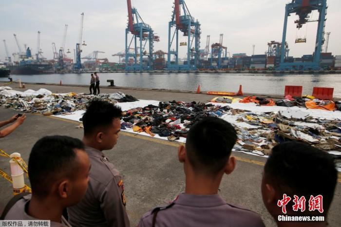 当地时间2018年11月1日,印尼雅添达,印尼狮航JT610客机坠海搜救已进入第四天,遇难者遗物摆满一地。