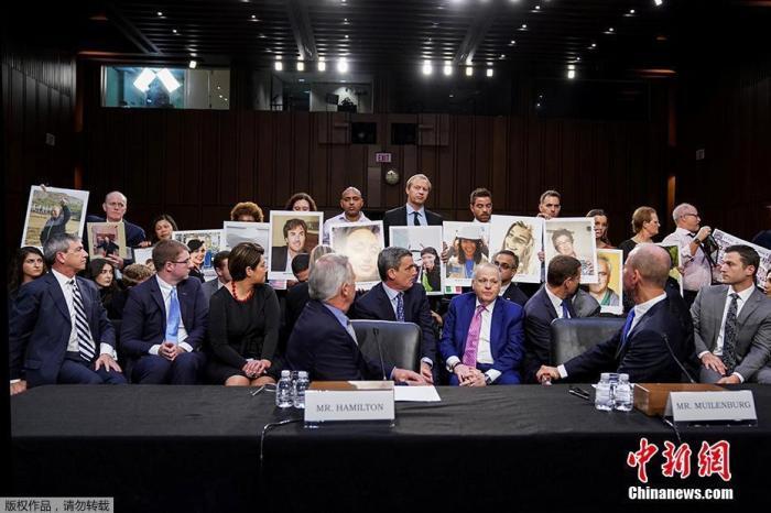 图四:2019年10月29日是印尼狮航坠机事件一周年,美国国会参议院在这个稀奇的日子举走听证会,波音CEO丹尼斯·米伦伯格出席作证。听证会最先前,米伦伯格承认波音在737MAX上犯下舛讹。当天,遇难者家属手举亲人的照片站在米伦伯格的身后。