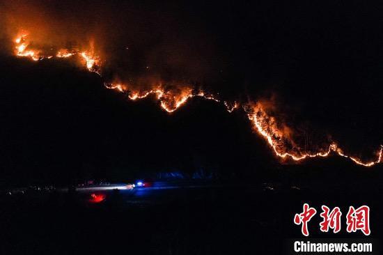 3月20日23时左右,五台山景区白头庵对面山坡上一条南北走向的火线绵延数百米,沿山坡向下蔓延,已有火头抵近公路。 武俊杰 摄