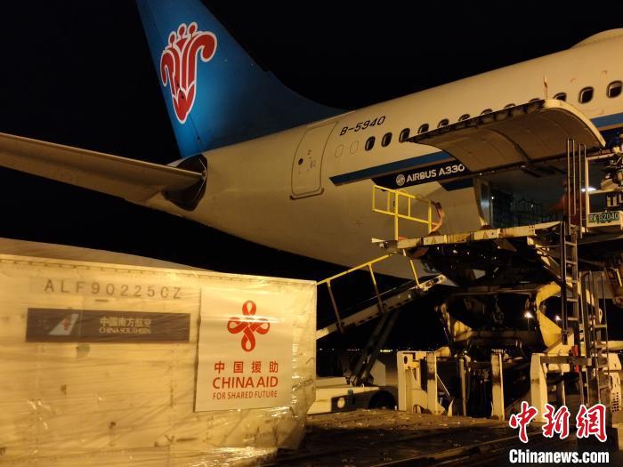 中国向东盟国家派遣首支抗疫医疗队。图为一批医疗物资在上海浦东机场装上包机。南方航空供图