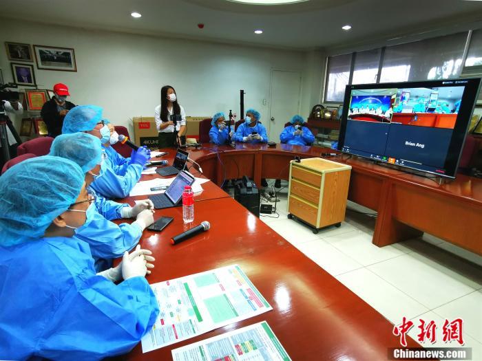 :3月24日下午,在菲律宾马尼拉中国城内的菲律宾中华崇仁医院,癌症研究中心主任李捷顺(左三)等11位医生,与浙江大学医学院附属第一医院十多位专家,召开了一场远程跨国视频会议。关向东 摄