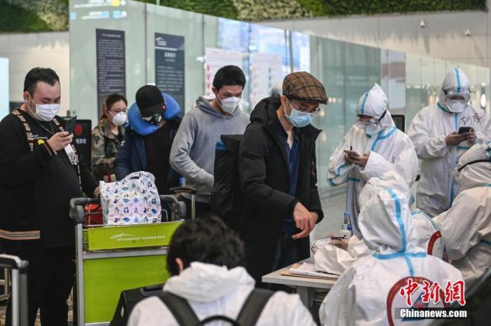 3月17日,旅客在广州白云机场T2航站楼国际到达区登记行程信息。 <a target='_blank' href='http://foontv.com/'>中新社</a>记者 陈骥旻 摄