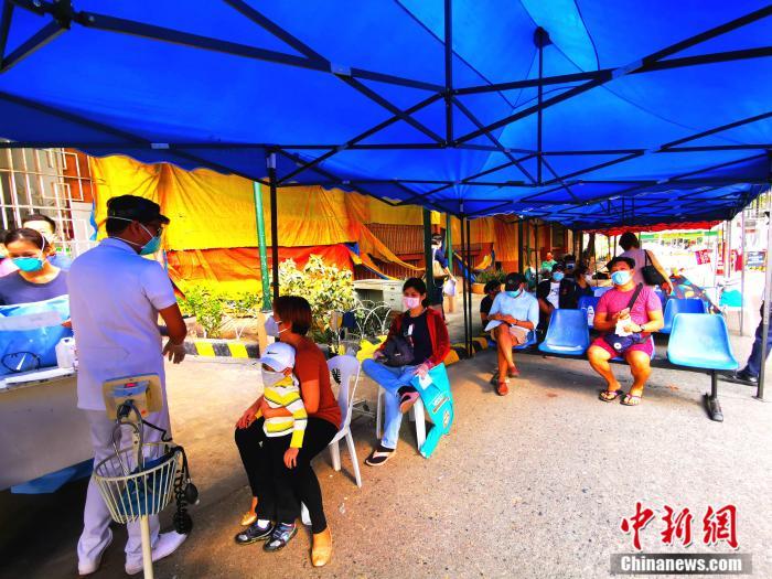 图为崇仁医院发热门诊前候诊的菲律宾民众。关向东 摄