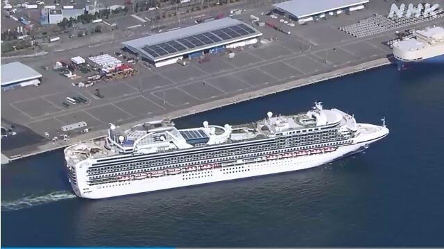 """当地时间25日下午2时许,""""钻石公主""""号邮轮驶离日本横滨港。"""