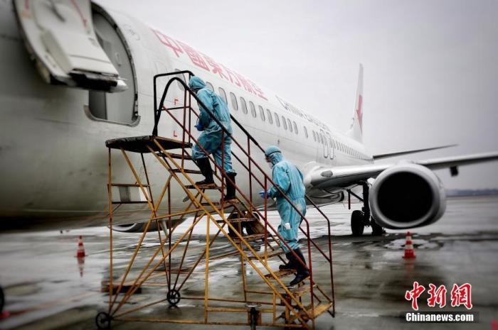 回国航班超售甩客、坐地起价? 谁在借机生财?