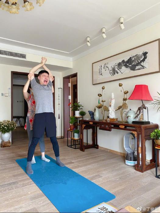 """练瑜伽、带萌娃……""""奶爸""""丁俊晖的居家生活"""