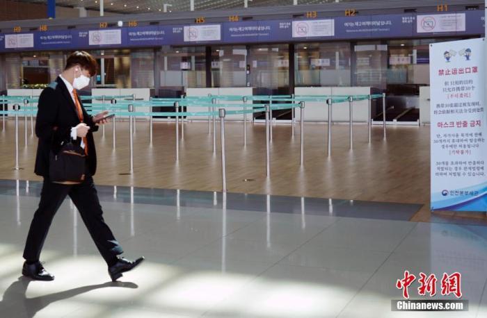 资料图:3月20日,韩国仁川国际机场,事恋人员走过机场大厅。停止内地时间20日零时,韩国新冠肺炎累计确诊病例达8652个。/p阳光在线官网记者 曾鼐 摄