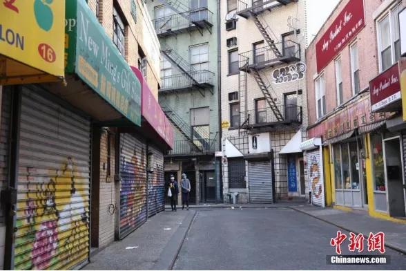 受新冠肺炎疫情影响,平日喧嚣的纽约○曼哈顿唐人街商铺大门紧闭,行人稀少。(中新社记〖者Ψ 廖攀 摄)