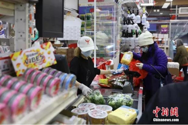 纽约曼哈顿唐人街的超市设置◣有机玻璃板在收银员与顾客之间。