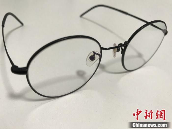 防蓝光眼镜。受访者供图