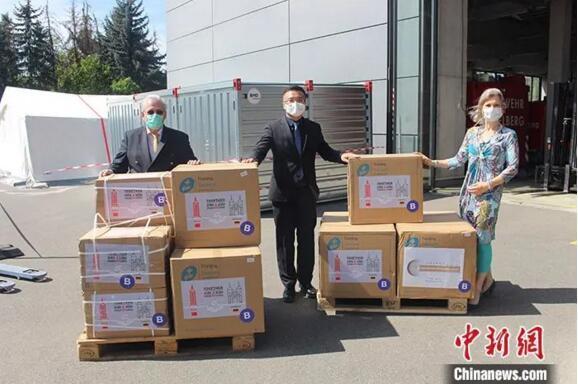 4月21日,托马斯·拉贝和海德堡市政府代表经受物资捐赠。 /p太平洋在线发 德国海德堡市 供图