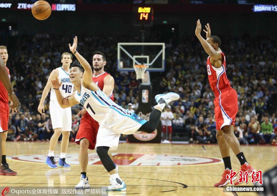 資料圖:2015年10月14日,林書豪隨夏洛特黃蜂隊出現在NBA中國賽現場。當時,洛杉磯快船71:113告負。圖片來源:Osports全體育圖片社