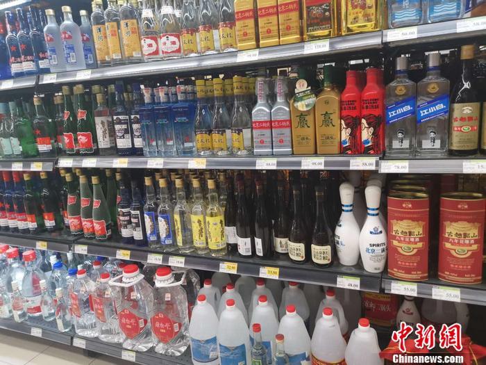 资料图:北京某超市里的白酒区。谢艺观 摄