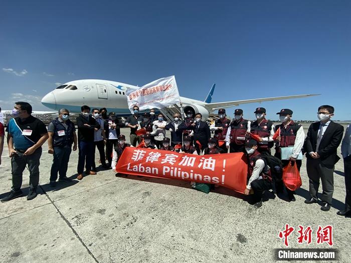 2020年4月5日,中国援菲抗疫医疗专家组抵达菲律宾首都马尼拉。 关向东 摄