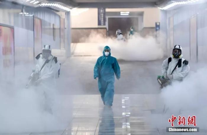 资料图:十余位来自长沙蓝天救援队的志愿者手持重型消毒机器,对长沙火车站内外进行消毒杀菌。/p中新社记者 杨华峰 摄