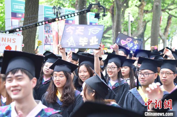 化学元素毕业照、自助毕业典礼……今年,他们这样毕业