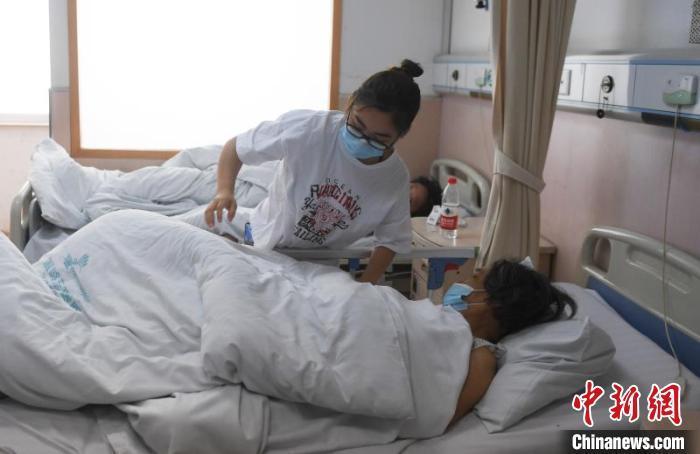 温岭东方医院内的事故伤者接受治疗。 王刚 摄