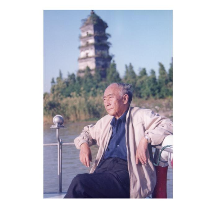 一九九一年,汪曾祺在故乡高邮的运河上。受访者供图