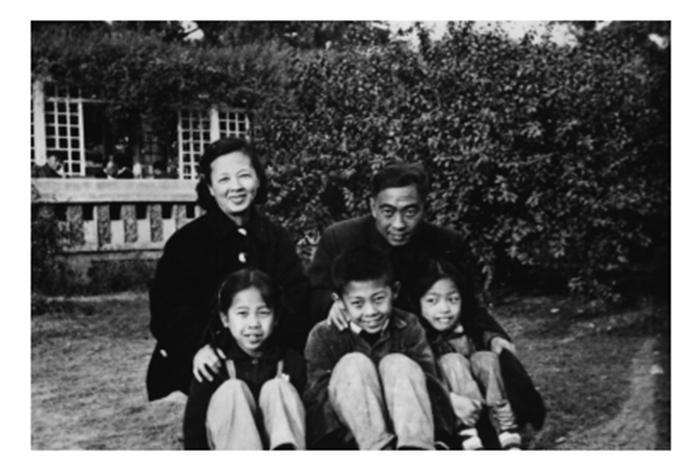 汪曾祺一家,一九六一年摄于北京中山公园。受访者供图
