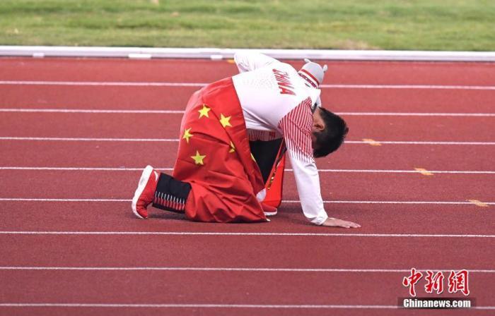 资料图:苏炳添身披国旗庆祝。<a target='_blank' href='http://www.chinanews.com/'>中新社</a>记者 李霈韵 摄