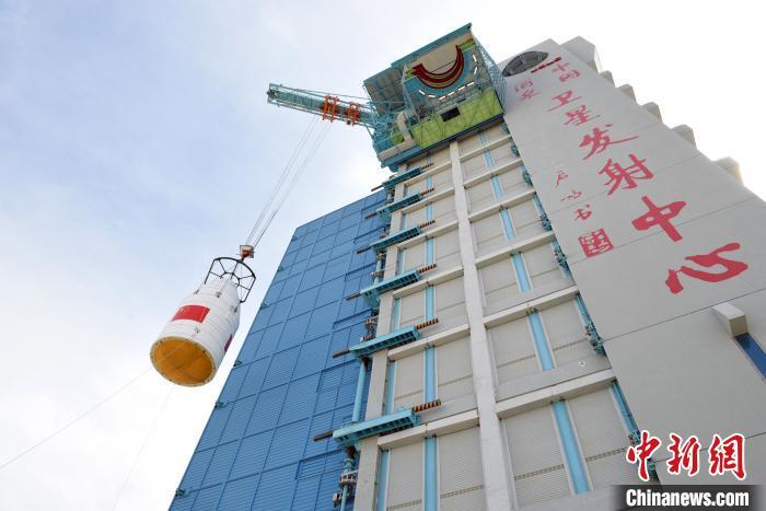 7月5日,中国在酒泉卫星发射中心用长征二号丁运载火箭成功发射试验六号02星。 吴佳栋 摄