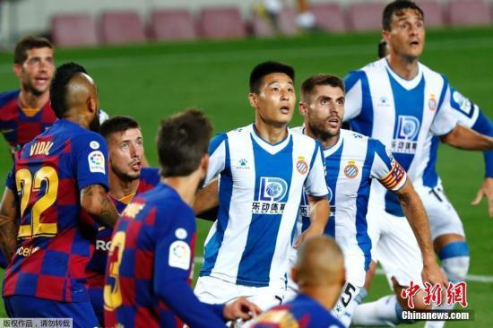 北京时间7月9日4:00,西甲第35轮巴塞罗那主场迎战西班牙人。最终,巴萨1:0送西班牙人提前3轮降级。图为武磊替补出场。