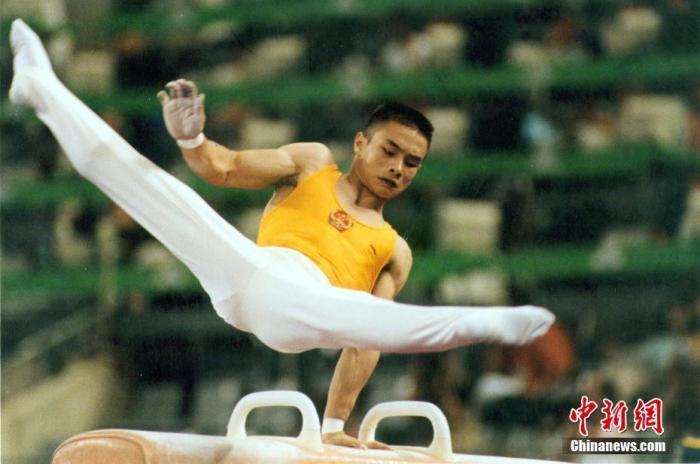 资料图:1992年7月31日,中国队获巴塞罗那奥运会男子体操团体银牌。图为李小双参加鞍马比赛。<a target='_blank' href='http://www.chinanews.com/'>中新社</a>记者 赵伟 摄