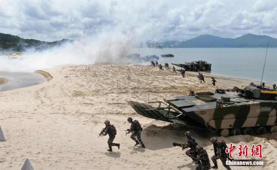"""资料图:74集团军某旅""""硬骨头六连""""在陆海协同演练中,连队官兵向岸滩发起冲击。张永进 摄"""