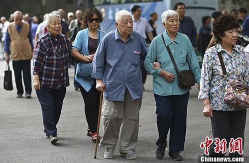 退休人员资料图。中新社记者 泱波 摄