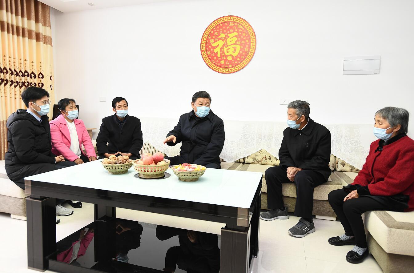 2020年4月21日,习近平在安康市平利县老县镇锦屏社区,同搬迁户汪显平一家围坐在一起拉家常。新华社记者 谢环驰 摄