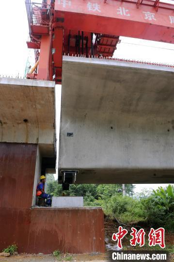 贵南高铁首座特大桥箱梁架设完成 多项关键工程提前完工