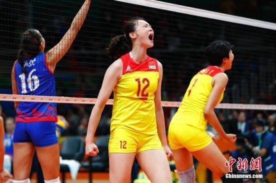 资料图:当地时间8月20日,2016里约奥运女排决赛,中国女排3:1(19:25,25:17,25:22,25:23)战胜塞尔维亚女排,在2004年拿到雅典奥运会冠军后,时隔12年再次获得奥运会冠军,这也是中国代表团在本届奥运会上的第26枚金牌。<a target='_blank' href='http://www.chinanews.com/' >中新网</a>记者 富田 摄 鍏