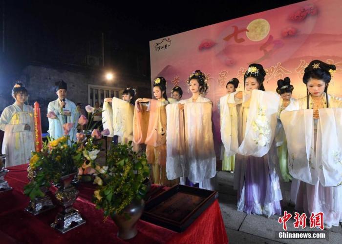 资料图:图为身着汉服的姑娘们展现了属于七夕最传统的节日文化内容——祭星乞巧。<a target='_blank' href='http://www.chinanews.com/'>中新社</a>记者 刘可耕 摄