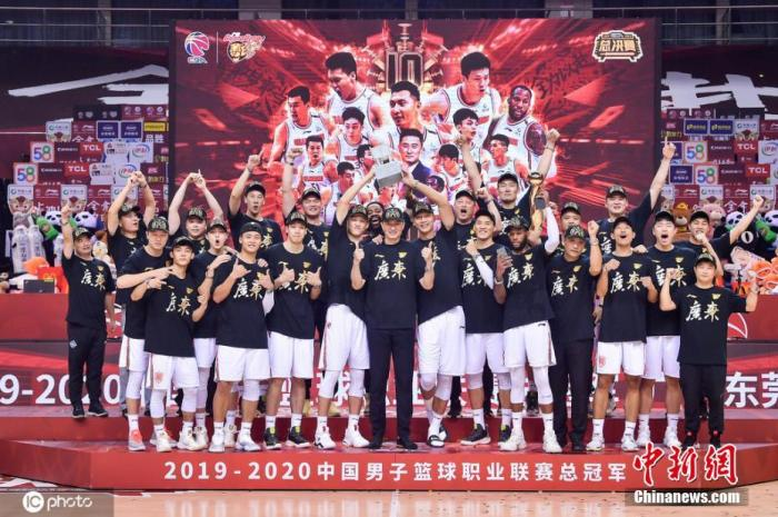 万圣伟随广东队第二次夺冠,颁奖仪式上广东队全队合影。图片来源:ICphoto