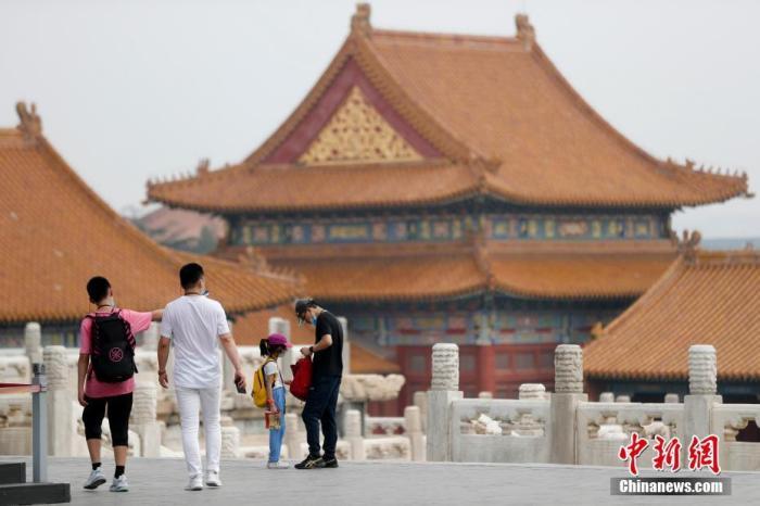 资料图:7月30日,游客在北京故宫参观游览。 <a target='_blank' href='http://www.chinanews.com/'>中新社</a>记者 杜洋 摄