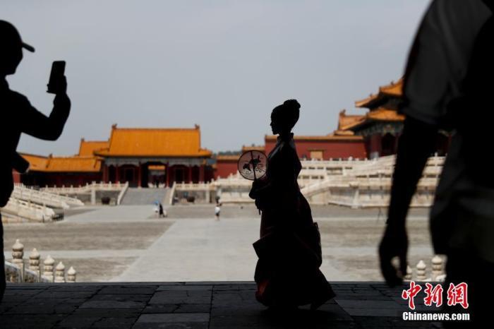 资料图:游客在北京故宫博物院参观留影。<a target='_blank' href='http://www.chinanews.com/'>中新社</a>记者 杜洋 摄