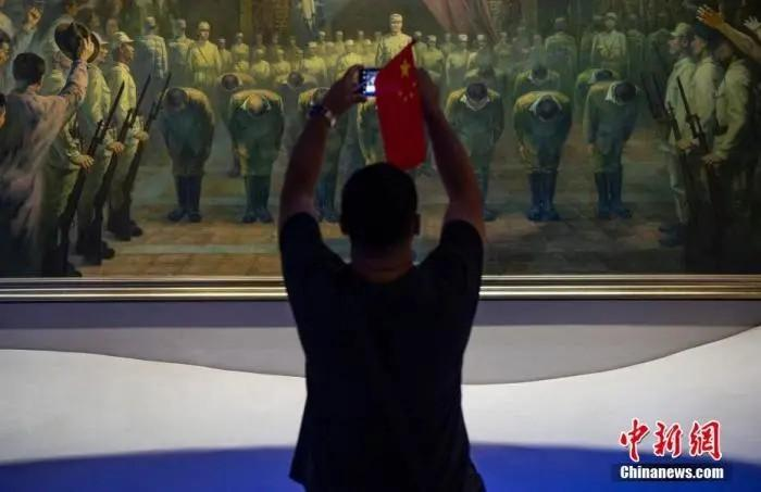 2020年9月3日,市民在位于北京的中国人民抗日战争纪念馆内参观《伟大胜利 历史贡献》展览。<a target='_blank' href='http://www.chinanews.com/'>中新社</a>记者 侯宇 摄