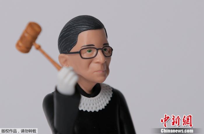 资料图:美国最高法院大法官金斯伯格形象的人偶。