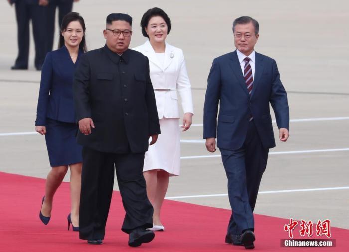 当地时间2018年9月18日,韩国总统文在寅抵达朝鲜平壤,朝鲜最高领导人金正恩携夫人李雪主到机场迎接。(平壤联合采访团供图)