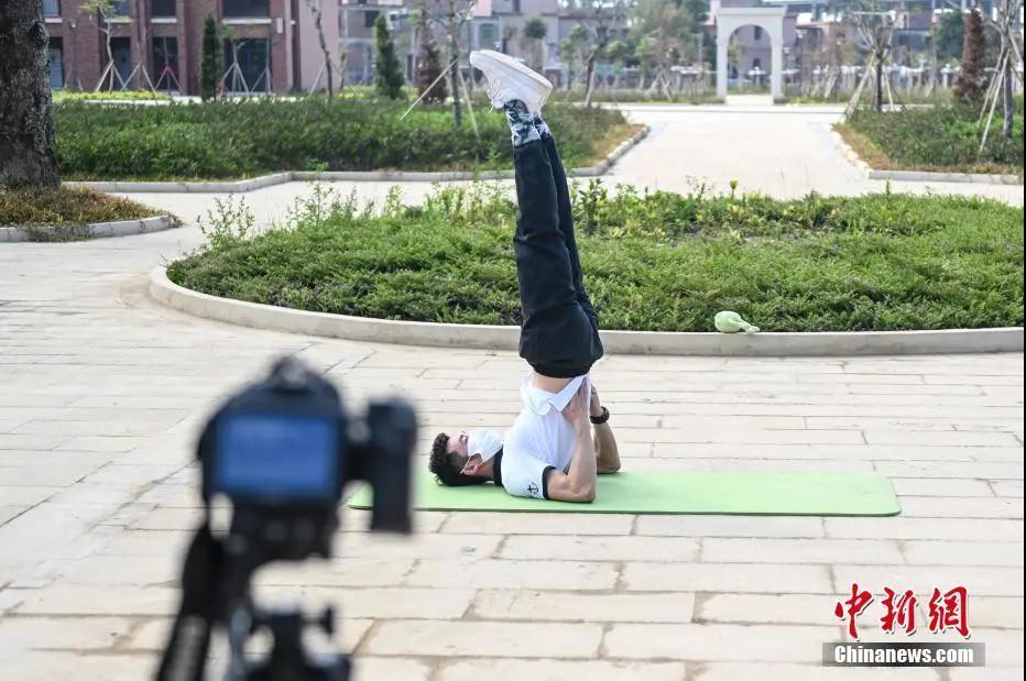 资料图:2月24日,广州外国语学校附属学校,一名老师为学生录制体育课。<a target='_blank' href='http://www.jyrce.cn/'>中新社</a>记者 陈骥旻 摄