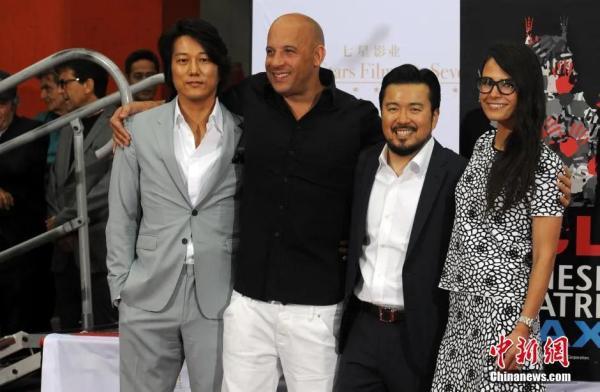资料图: 2015年6月3日,中国影星赵薇、黄晓明以及华裔导演林诣彬在洛杉矶TCL中国大剧院留下了手印和脚印。图为众多好莱坞影星为林诣彬(右二)助阵。发 毛建军 摄